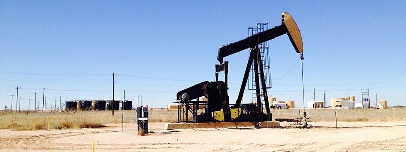 Ölbohrung in der Wüste